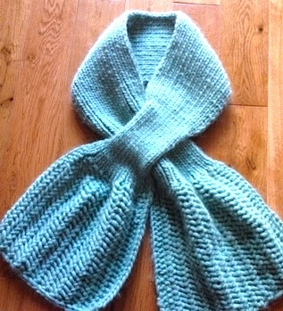Lunar azul a stylish scarf with a touch of lace ribbing for Floor knitting